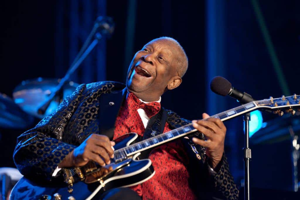 """BB King performs """"Merry Christmas Baby"""" at the National Christmas Tree Lighting ceremony on the Ellipse in Washington, D.C"""